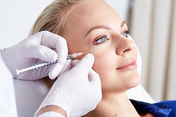 Behandlung Faltenunterspritzung. Faltenunterspritzung mit Hyaluronsäure Injektionen, Filler, uvm. für ein frischeres Aussehen. Zur effektiven Behandlung von Gesichtsfalten, Augenfalten, Stirnfalten und Lippen.