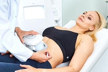 Behandlung Kryolipolyse Linz, die Anwendung zum gezielten Fettabbau mittels Einfrieren von Fettzellen. Komplett ohne Operation. Schmerzfreie Kältebehandlung gegen Fettpölster.
