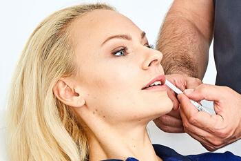 Behandlung Lippen aufspritzen Linz. Lippen aufspritzen / vergrößern mit Hyaluronsäure / Fillern für sinnliche Lippen ohne Operation. Das Aufspritzen der Lippen steht für den Verjüngungseffekt im Gesicht.