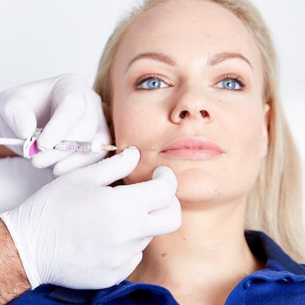 Lip Fillers für ein jüngeres Aussehen. Lippenkorrektur in Linz mit Hyaluronsäure Lip Filler. Lippen Vergrößerung, Lippen Volumen und Lippenkontur.